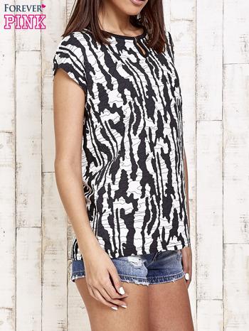 Czarno-biały t-shirt w abstract print z łezką                                  zdj.                                  3