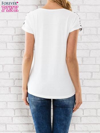 Czarno-biały t-shirt z napisem COLLEGE                                  zdj.                                  4