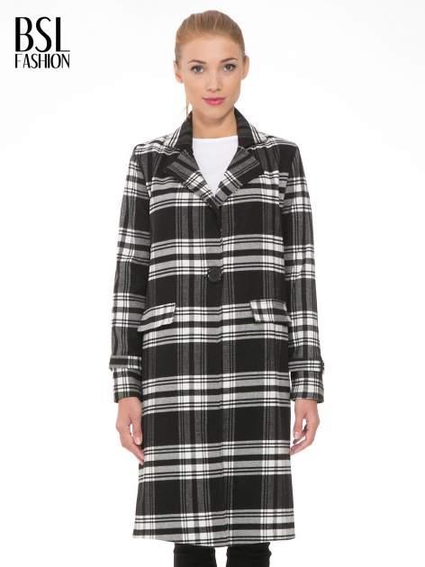 Czarno-biały wełniany płaszcz w kratę zapinany na jeden guzik