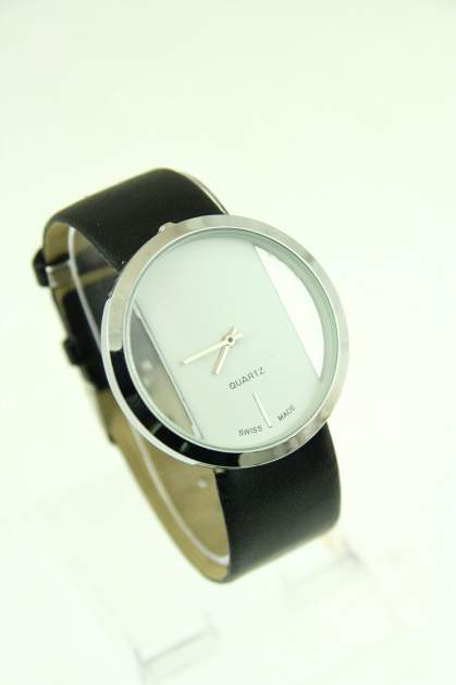 Czarno-biały zegarek damski na skórzanym pasku