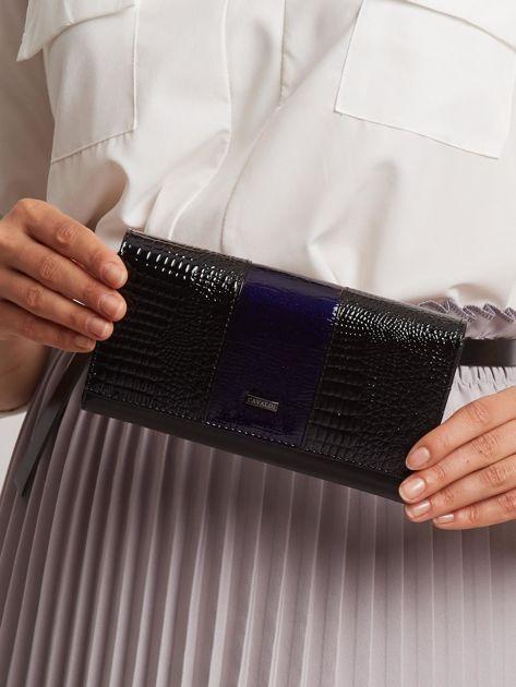 Czarno-granatowy portfel lakierowany