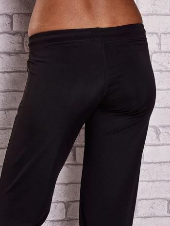 Czarno-różowe spodnie capri z wszytą kieszonką                                  zdj.                                  6