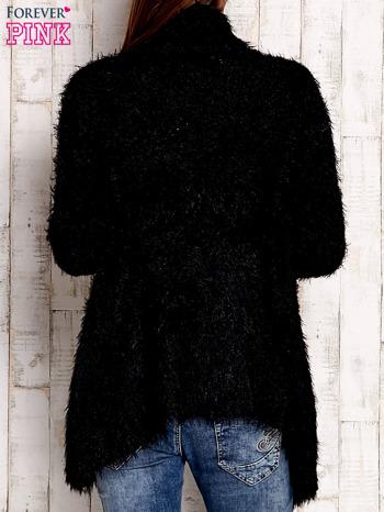 Czarny asymetryczny sweter z szerokim kołnierzem                              zdj.                              2
