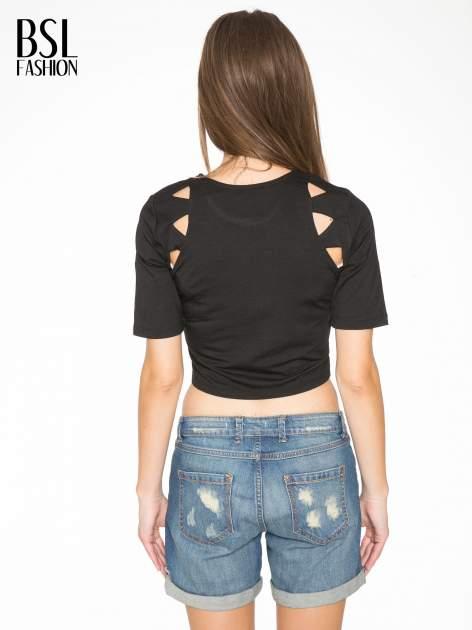 Czarny cropped t-shirt z z ozdobnymi wycięciami                                  zdj.                                  4