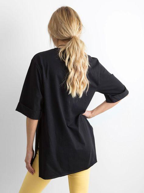 Czarny długi t-shirt z napisem                              zdj.                              2