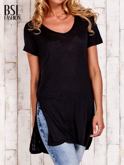 Czarny długi t-shirt z rozporkami z boku                                  zdj.                                  1