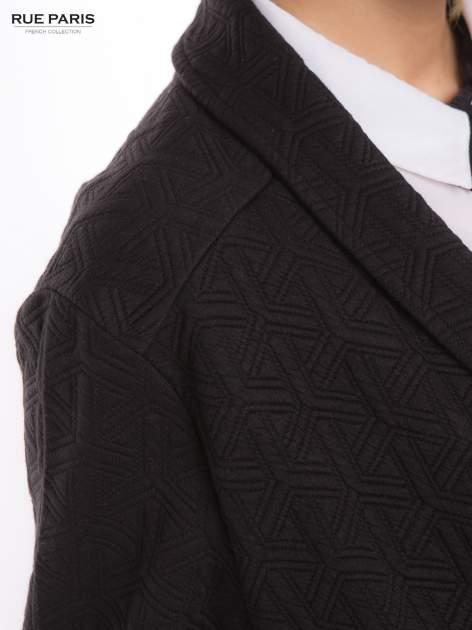 Czarny długi żakiet o kroju oversize wytłaczany w geometryczny wzór                                  zdj.                                  9