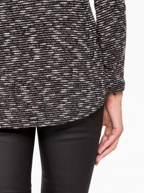 Czarny melanżowy sweter ze skórzaną lamówką przy dekolcie                                  zdj.                                  9