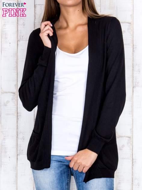 Czarny otwarty sweter z kieszeniami i wykończeniem w paski