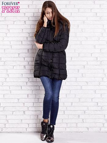 Czarny pikowany płaszcz z paskiem                                  zdj.                                  7