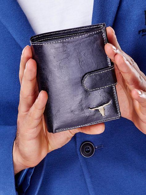 Czarny portfel męski na zatrzask z emblematem                              zdj.                              1