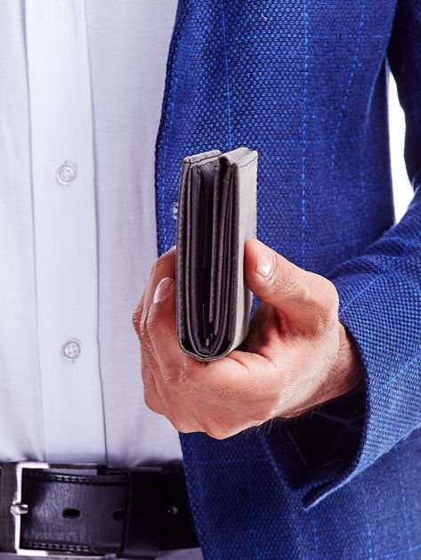 Czarny portfel męski z tłoczonym napisem                              zdj.                              2
