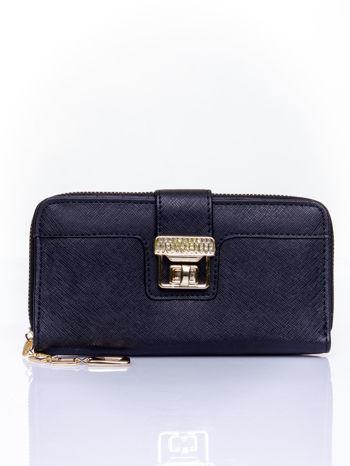 Czarny portfel z ozdobnym zapięciem i złotym uchwytem