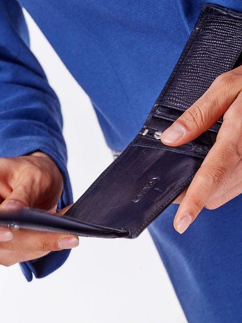 Czarny portfel z poziomą tłoczoną wstawką                              zdj.                              3