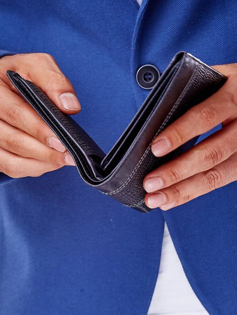 Czarny portfel z poziomą tłoczoną wstawką                              zdj.                              4