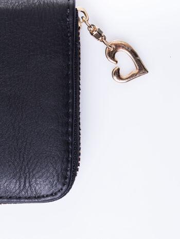 Czarny portfel ze złotym logo i uchwytem                                  zdj.                                  4