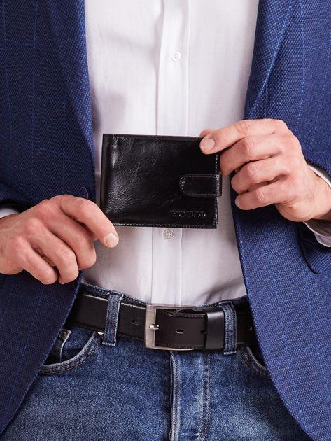 Czarny poziomy portfel z zapięciem