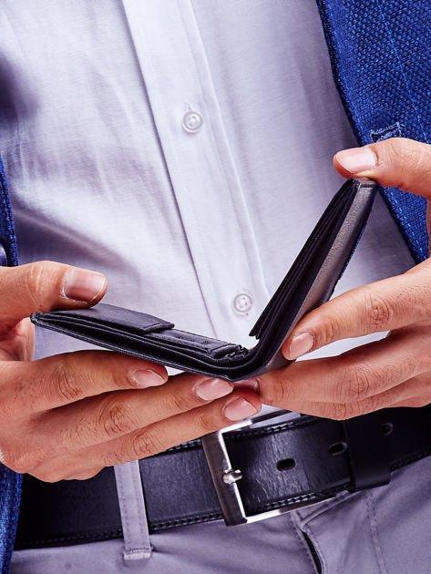 Czarny skórzany portfel dla mężczyzny z niebieskim emblematem                              zdj.                              4