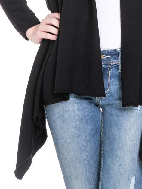 Czarny sweter narzutka z kaskadowymi bokami                                  zdj.                                  6