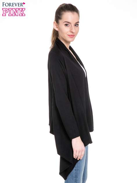 Czarny sweter narzutka z kaskadowymi bokami                                  zdj.                                  3