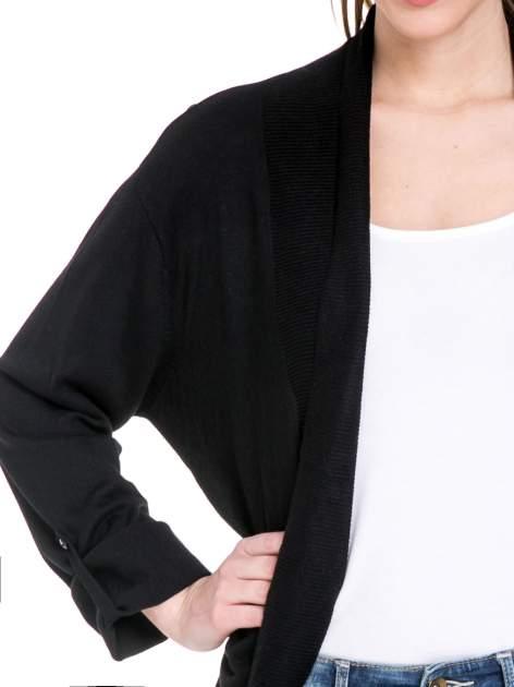 Czarny sweter narzutka z wywijanymi rękawami                                  zdj.                                  5