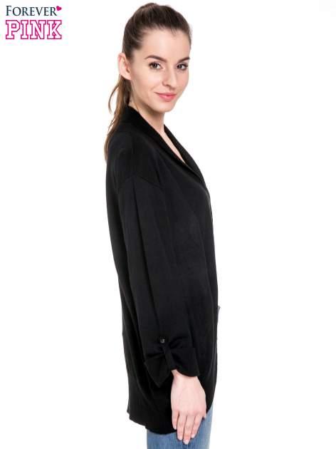 Czarny sweter narzutka z wywijanymi rękawami                                  zdj.                                  3