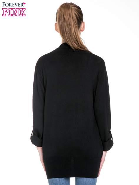 Czarny sweter narzutka z wywijanymi rękawami                                  zdj.                                  4