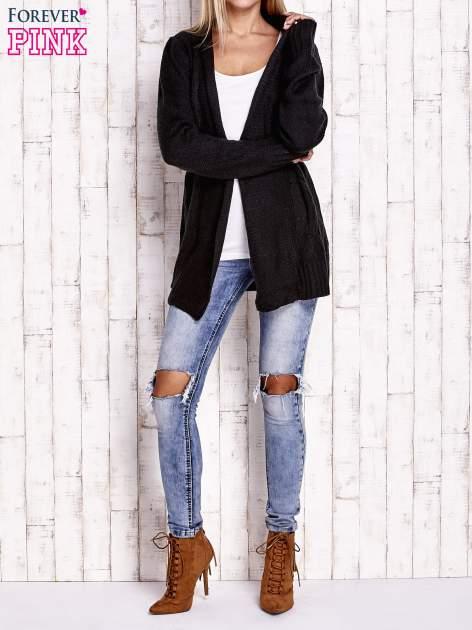 Czarny sweter o warkoczowym splocie z paskiem                                  zdj.                                  2