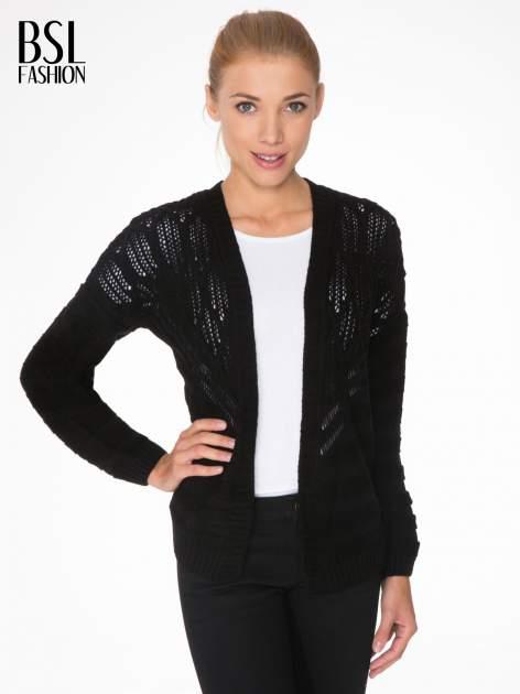 Czarny sweter typu kardigan z ozdobnym ażurowym spoltem