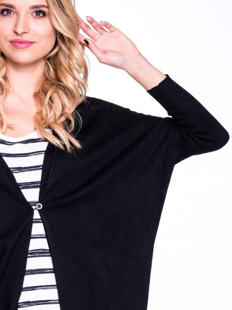 Czarny sweter typu nietoperz zapinany na guzik                                  zdj.                                  4