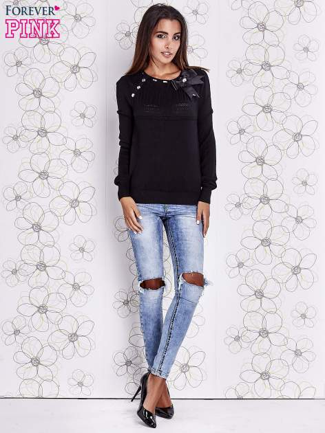 Czarny sweter z aplikacją i kokardą przy dekolcie                                  zdj.                                  2