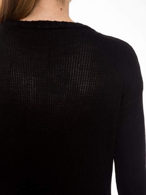 Czarny sweter z jelonkiem i efektem destroyed                                  zdj.                                  8