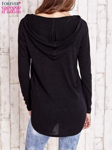 Czarny sweter z kapturem