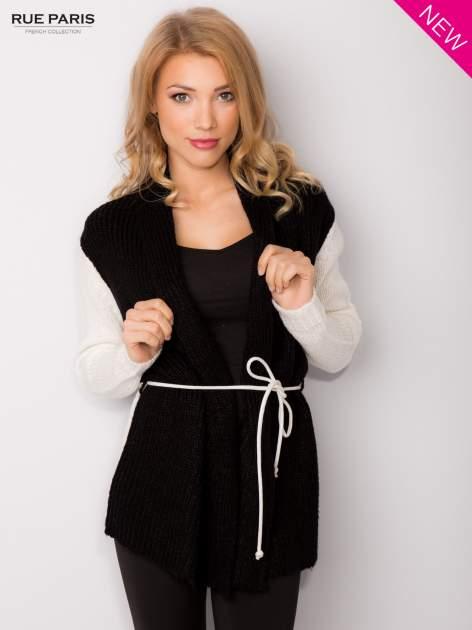 Czarny sweter z kontrastowymi rękawami i paskiem                                  zdj.                                  1