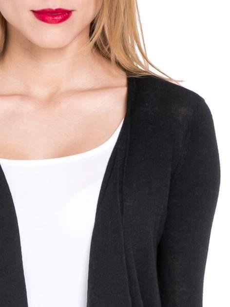 Czarny sweterek kardigan o kaskadowym fasonie                                  zdj.                                  5