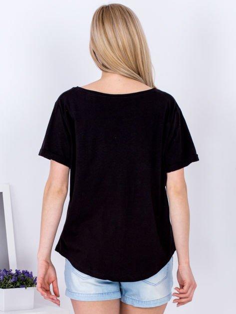 Czarny t-shirt basic z podwijanymi rękawami                              zdj.                              2
