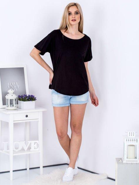 Czarny t-shirt basic z podwijanymi rękawami                              zdj.                              4