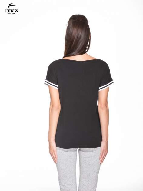 Czarny t-shirt damski ze sportową lamówką                                   zdj.                                  4