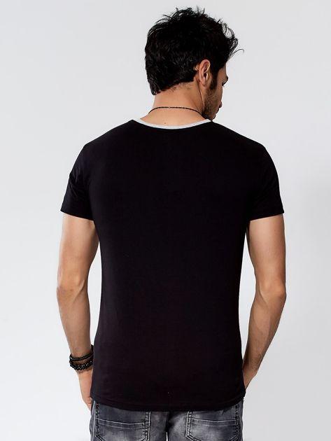 Czarny t-shirt męski z graficznym napisem                              zdj.                              2