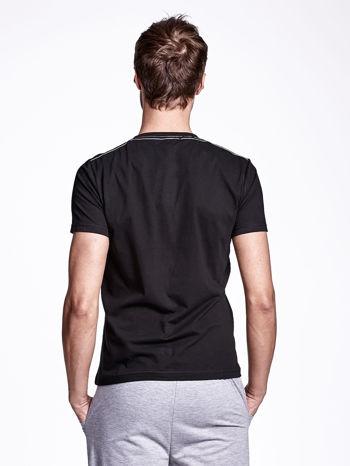Czarny t-shirt męski z nadrukiem i napisem ONE                                  zdj.                                  4