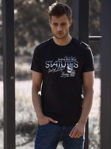 Czarny t-shirt męski z nadrukiem napisów i cyfrą 9