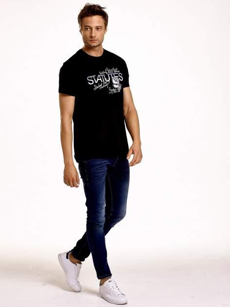 Czarny t-shirt męski z nadrukiem napisów i cyfrą 9                                  zdj.                                  3