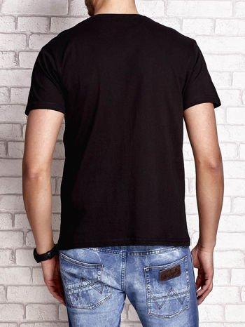 Czarny t-shirt męski z napisami i liczbą 83                                  zdj.                                  2