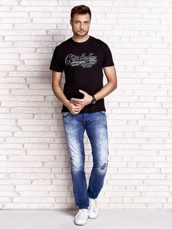 Czarny t-shirt męski z napisami i liczbą 83                                  zdj.                                  4