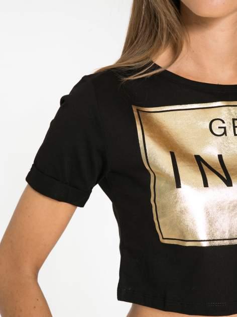 Czarny t-shirt przed pępek ze złotym nadrukiem GET INTO IT                                  zdj.                                  6