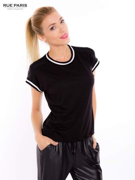 Czarny t-shirt w stylu tenis chic                                  zdj.                                  2