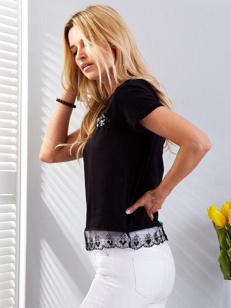 Czarny t-shirt z aplikacją i koronkowym wykończeniem                              zdj.                              3