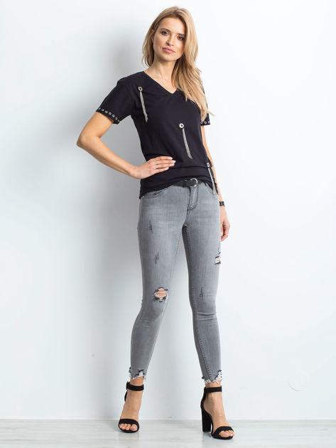 Czarny t-shirt z biżuteryjnymi wstawkami                              zdj.                              4
