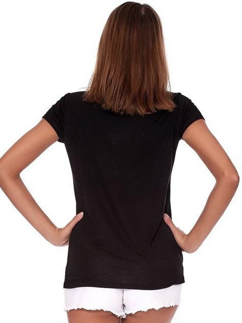 Czarny t-shirt z brokatowym napisem                              zdj.                              2