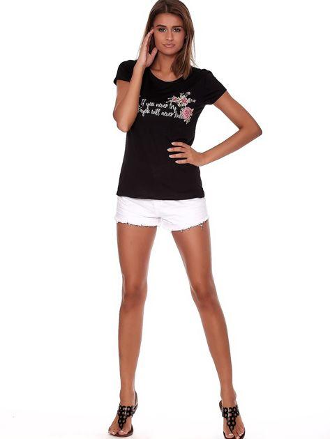 Czarny t-shirt z brokatowym napisem                              zdj.                              4